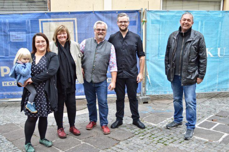 vlnr: Melanie mit Tochter Hermine, Karin, Franz und Benjamin Höller mit Ing. Thomas Pöchhacker; Foto: Irene Kerschbaumer